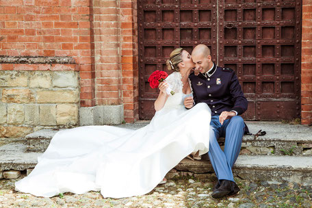 Coppia di sposi, sposo in uniforme