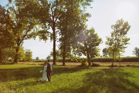 Coppia di sposi nella natura