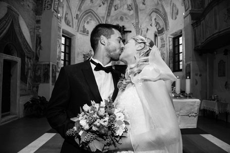 Una coppia di sposi sotto ad un lampione