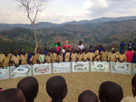 Fussball grenzenlos / Fußball im Soccer-Ei grenzüberschreitend  in Afrika in Ruanda