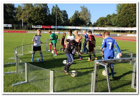 balltechnik  ballbeherschung ballkontrolle  auf engstem Raum im Soccer-Ei
