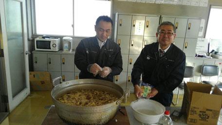 芋煮を作る男性