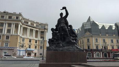 中央広場のロシア革命の戦士像