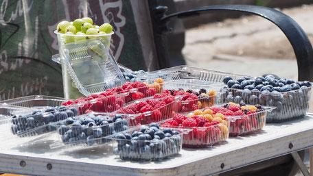 露天に並ぶ新鮮フルーツ