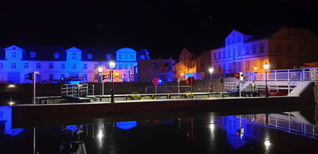Hafen und Häuserzeile illuminiert