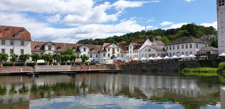 Häuserzeile und Hafen von Bad Karlshafen