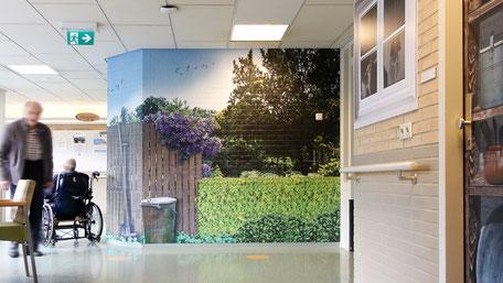 Afbeeldingen van natuurlijke omgevingen op muren van gangen. Hierdoor ontstaat een buitenomgeving.