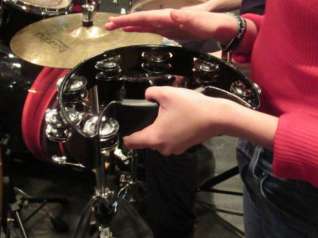 Die Rhythmusgruppe spielt viele verschiedene Instrumente (Foto: MBO)