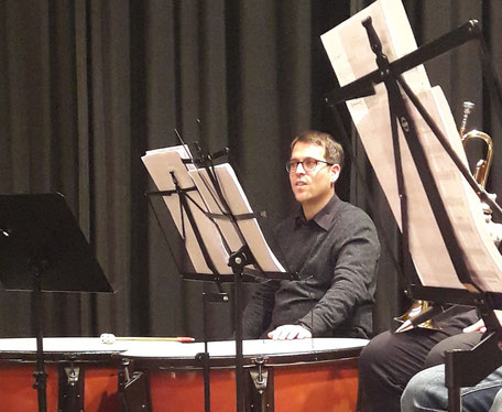 Dominique Civilotti, der musikalische Leiter des MBOs, konnte sich an diesem Abend zurücklehnen und das Orchester am Schlagwerk unterstützen (Foto: MBO)