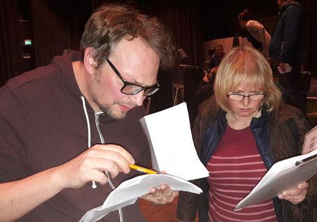 Der Komponist bespricht Details der Partitur mit einer Musikerin (Foto: MBO)