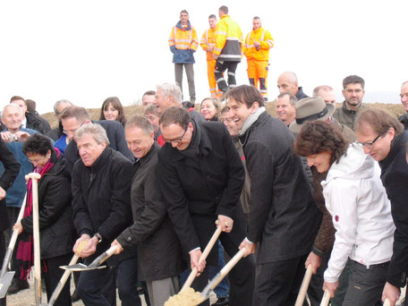 Foto: Spatenstich zum weiteren Ausbau der B 33 bei Allensbach mit Bundesverkehrsminister Alexander Dobrindt (rechts).