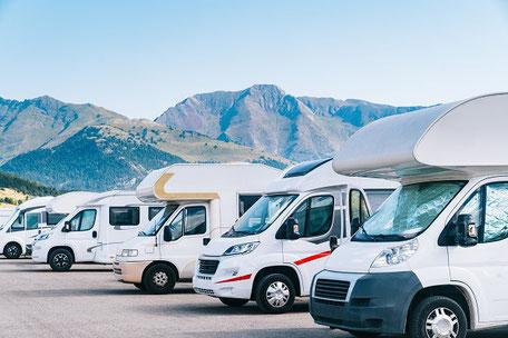 Wohnmobile vor Bergen mit CDW-Versicherung der ERGO unterwegs und Womo-Reiseversicherung