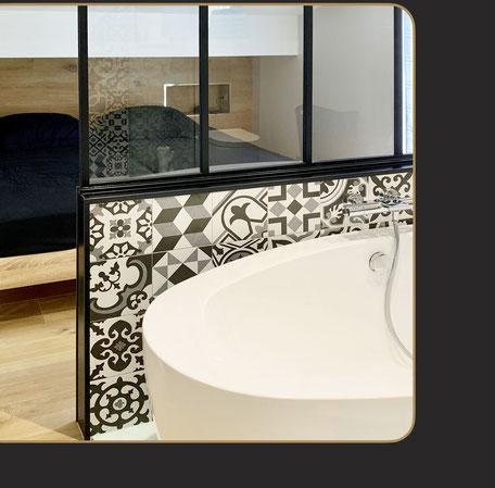 salle de bain bois et blanc, ouverte sur la chambre