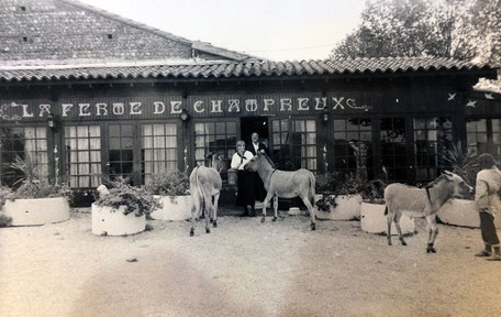 Albert Bentaboulet et Irène Pez devant la Ferme de Champreux. A l'époque, le restaurateur propose des promenades à dos d'ânes.