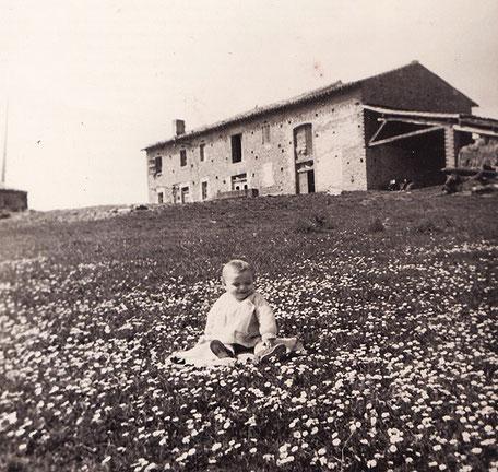Le frère de Jean devant la ferme de leur enfance à Auriac-sur-Vendinelle.