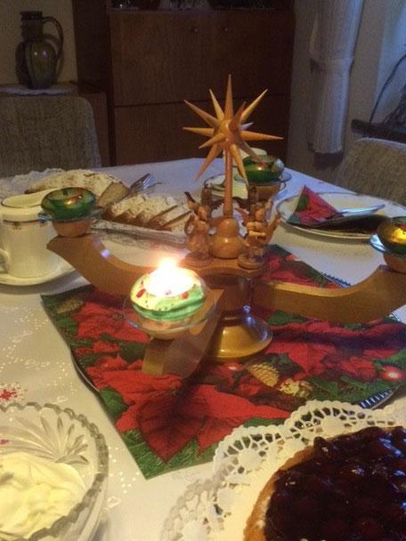 Schöne, gemütliche Runde am 1. Advent mit Onkels, Tanten, Cousinen. Die zweite Kerze zünde ich dann bereits in Südafrika an.