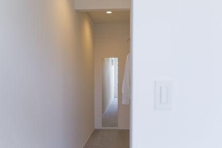 壁には足元まで見える鏡を