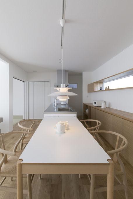 北欧家具にコーディネートされたキッチンと食器棚