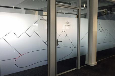 Milchglasfolie oder Sichtschutzfolie an Glastrennwand
