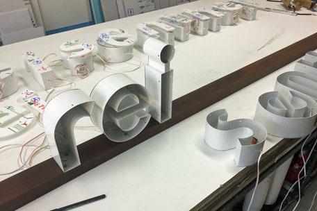 Leuchtreklame mit Leuchtbuchstaben werden montiert