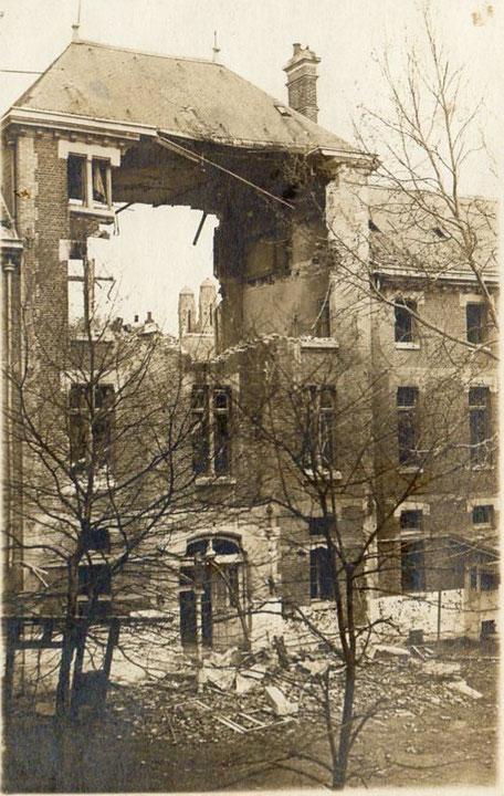 Vue prise de la cour interieure centrale du lycée laissant voir les tours de l'église St Martin