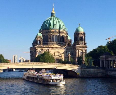 Berliner Dom Stadtrundfahrt mit dem Boot Berlin entdecken Teamevent Firmenfeier