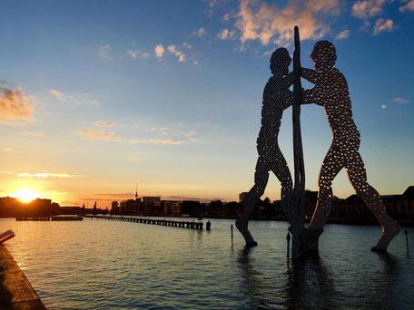 Molecul Man Spree Bootstour Sonnenuntergang Stralau Oberbaumbrücke Treptower Park Berlin entdecken Stadtführung