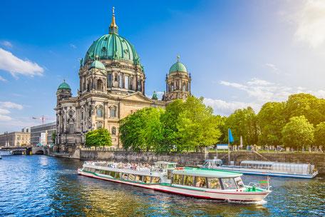Berliner Schnauze Bootstour auf der Spree mit Blick auf den Berliner Dom Berliner Sightseeing Bus Brandenburger Tor Pariser Platz beste Currywurst tolle Berliner Aussicht, Erlebnistour durch Berlin