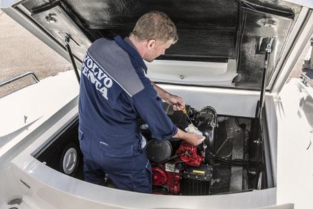 Wir checken ihren Bootsmotoren mit unserem Serviceteam.