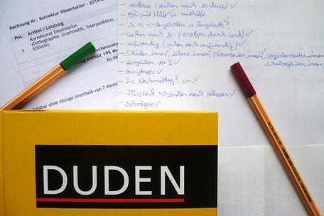 Die Textmamsell: Duden, Notizen, grüner Stift und Rotstift für Korrektorat