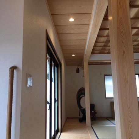 本堂内・正面入り口からの画像