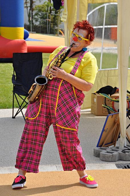 Clown spielt Saxophon