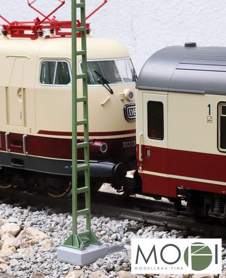 Oberleitung Streckenmast für die große Modellbahn von Modellbau Fink und der Lokomotive 103 von Piko.