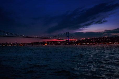 Sonnenuntergang über der Bosporus-Brücke