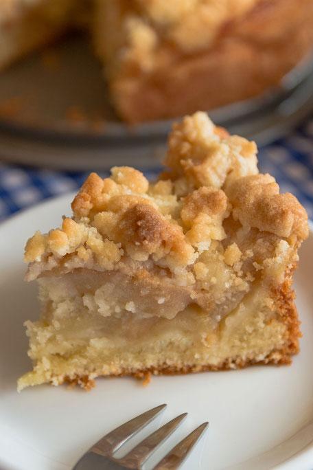 Ein Stück Apfelkuchen mit Butterstreuseln-mjpics.de