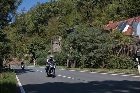 motorrad-fahrer-landstrasse