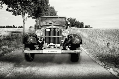 eine-kleine-landpartie-oldtimer-composing-black-and-white