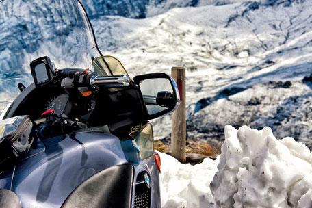 Mit-dem-Motorrad-auf-dem-großglockner-im-Schnee