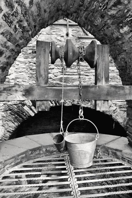 Alter-Brunnen-mit-Schöpf-Eimer-monochrome