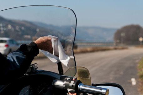 fuer-klare-sicht-sorgen-motorrad-scheibe-putzen