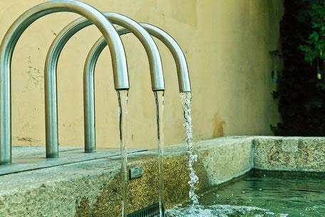 Brunnen-mit-Wasserstrahl