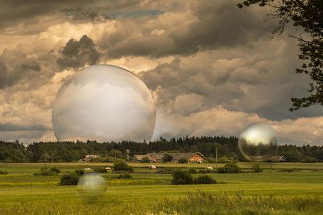 bauernhaeuser-in-der-masurischen-landschaft-kugen-magic-balls