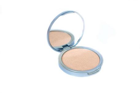 highlighter-puder-kosmetik-spiegel-dose-auf-weissem-hintergrund