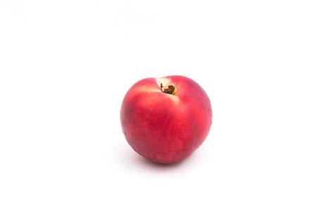 nektarine-auf-weissem-hintergrund