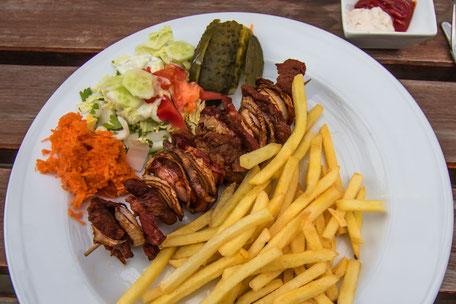 Grillteller-mit-Fleisch-Spieß