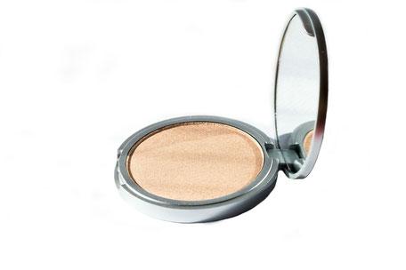 highlighter-kosmetik-spiegeldose-auf-weissem-hintergrund