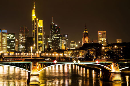 frankfurt-skyline-gold-nachtaufnahme