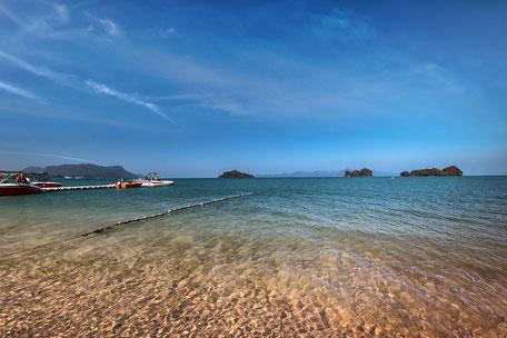 kristallklares-meer-clear-blue-sea-langkawi-malaysia