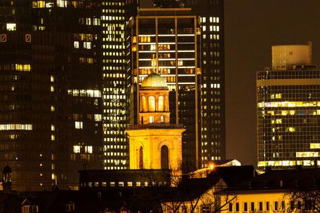 kuppel-katharinenkirche-vor-skyscrapers-frankfurt-nachtaufnahme
