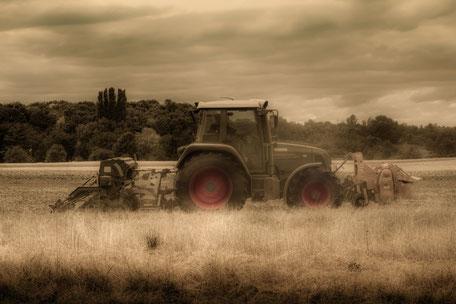 traktor-auf-dem-acker-II
